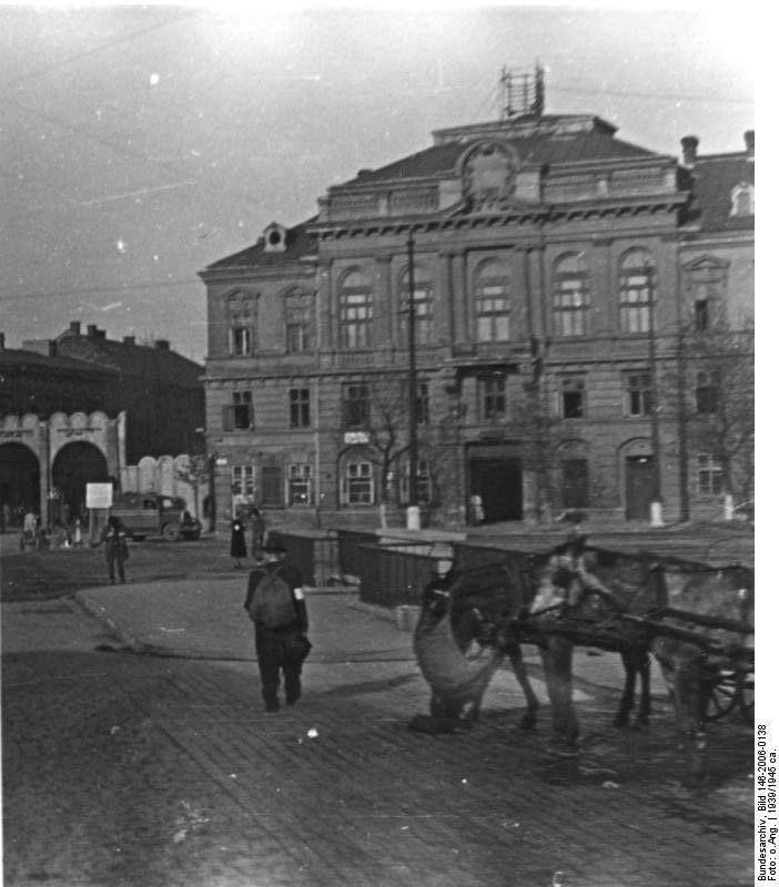 Dzisiaj fotografia z Rynku Podgórskiego, brama do getta. 1941. Za: Bundesarchiv Bild 146-2006-0138.