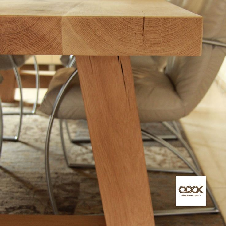 Eikenblad met A-poot  Deze tafel is één van de topmodellen van OOOX; het is een traditioneel uitgevoerde tafel welke we echter bijzonder groot en stevig hebben gemaakt. Volledig vervaardigd van Frans eikenhout kent deze tafel met zijn blad een afmeting van 100 cm bij 260 cm en een bladdikte van maar liefst 6,1 cm! Aan deze tafel kunt u, met ruimte over, eenvoudig zes stoelen kwijt.