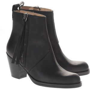 Short black leather boots with a black leather tassel. Perfect to wear with jeans or a short high waisted skirt