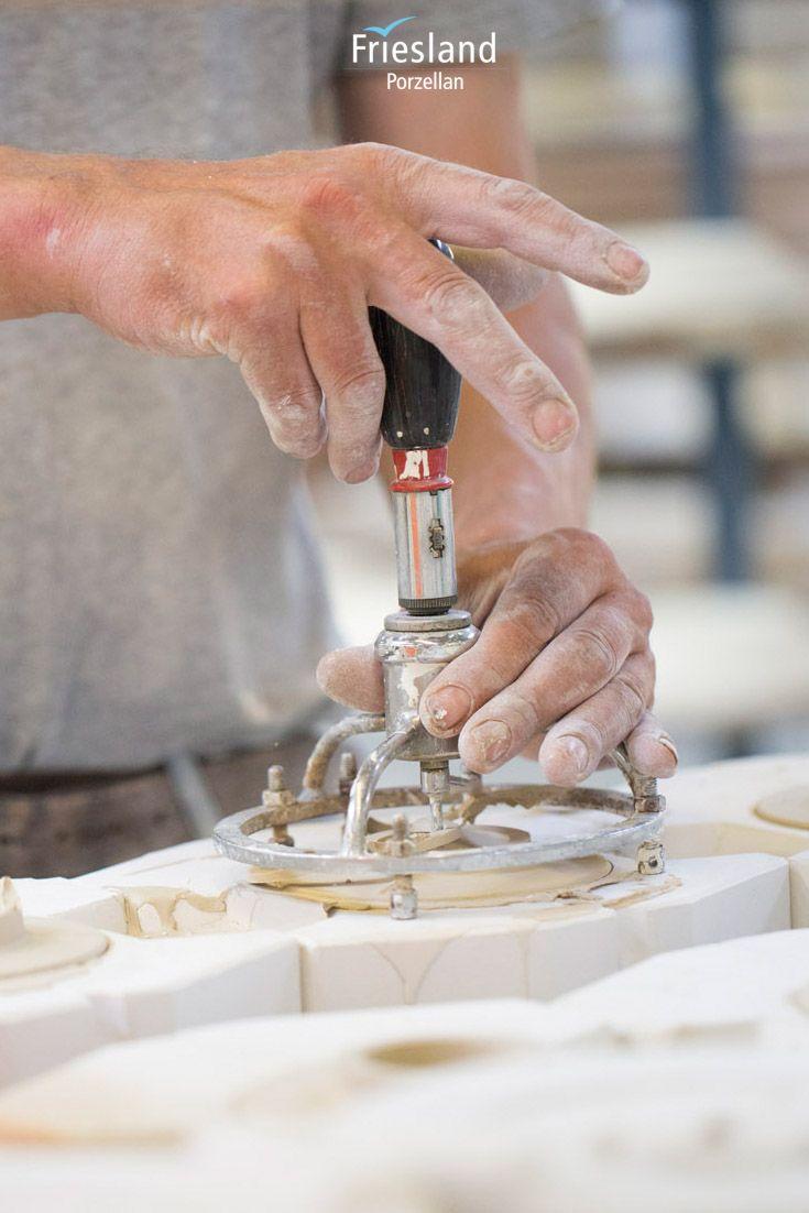 Ein Porzellan-Kaffeefilter in der Form; Handarbeit; Hände arbeiten in der Geschirr Produktion bei Friesland Porzellan