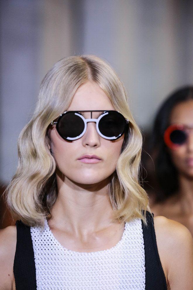 Tagli lunghi e sfilati in stile Seventies, frangette a tendina, pixie cut à la garçonne e riga in mezzo: sono questi i must dell'hairstyle del 2016...