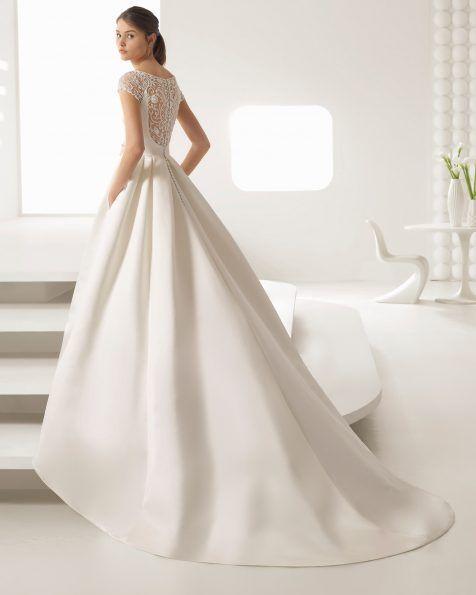 """""""Um fabuloso design clássico de saia de mikado conjugada com um delicado corpo de guipura misturado com brilhantes confeccionados artesanalmente. É uma peça belíssima que realça a figura da noiva."""""""