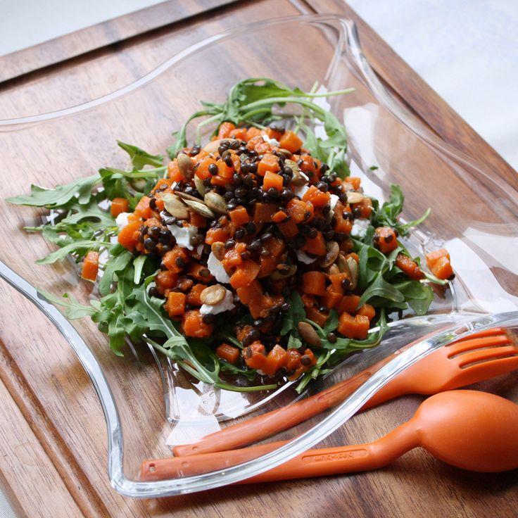 Теплый пряный салат с козьим сыром, тыквой и черной чечевицей