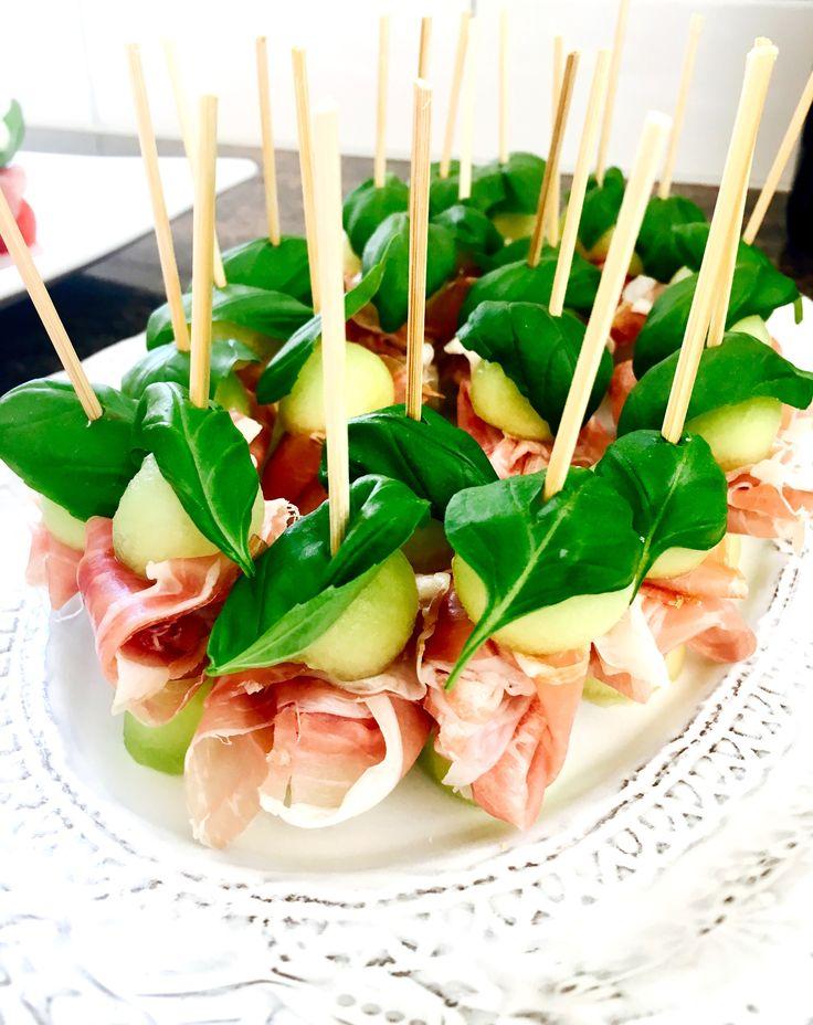 Melon och skinka är ju en klassiker. Men att göra små mini-tilltugg av det hela känns lite mer elegant och trevligt. Perfekt tilltugg att bjuda på innan maten. Enkelt, gott och går snabbt att...