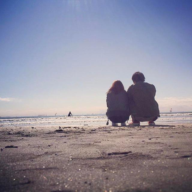 【h_tenderloin13】さんのInstagramをピンしています。 《#tenderloin#tenderloins#ct70#chacktaylor#converse#sea#summer#date#love#girlfriend#couple#beach#テンダーロイン#鎌倉#由比ヶ浜#湘南#海#海デート#看護師#休日#晴れ男 久しぶりの海。空は快晴、風なし、気温良しと最高のロケーションでした。 サーファーを眺めてる2人。この後ワカメであんなに盛り上がることになるとは....笑》