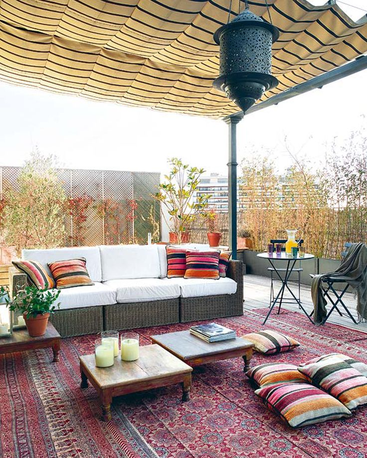 Inspiratie - Zwarte lounge bank met gekleurde kussens.