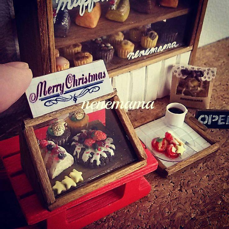 セリアのクリスマスコーナーで見つけた赤いソリに乗せて撮影しました カップケーキに乗っているサンタのモチーフもセリアのレジンパーツです 最近の100円均一はミニチュアに使えそうなかわいいものがたくさんあるのでついつい買い過ぎてしまいます *  #ミニチュア #ミニチュアフード #フェイクスイーツ #フェイクフード #ハンドメイド #粘土 #ドールハウス #カフェ #男前風 #クリスマス #クリスマスケーキ #パウンドケーキ #マフィン #クッキー #コーヒー #セリア #100円均一 #miniature #miniaturefood #handmade #clay #dollhouse #sweets #cake #christmas