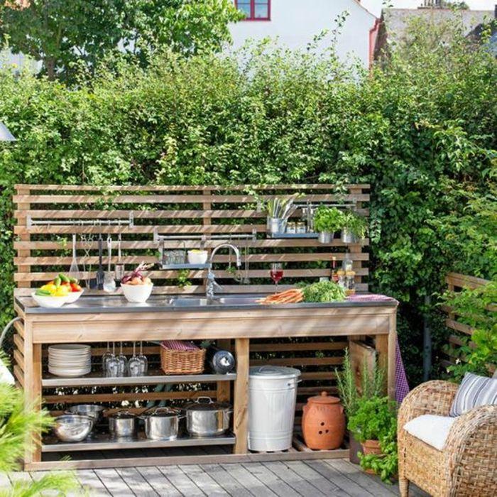 une simple cuisine d'été en bois à rangements ouverts