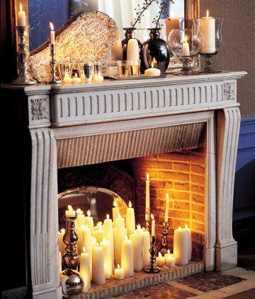 Cheminée remplie de bougies de différentes tailles et épaisseurs pour décor de noël n°47