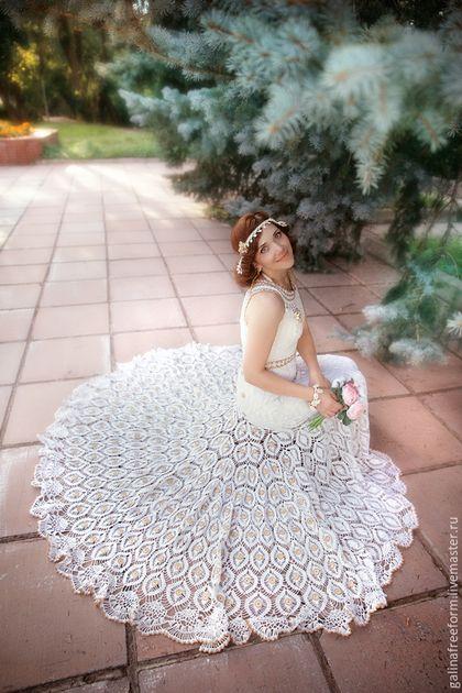Купить или заказать Вязаное свадебное платье 'ПАВА' в интернет-магазине на Ярмарке Мастеров. Вязаное свадебное платье: соткано из романтики Хотите, чтобы ваш свадебный наряд удивлял и восхищал? Желаете выделяться среди множества невест безупречным стилем и неординарным подходом к созданию свадебного образа? Тогда присмотритесь внимательнее к вязаному свадебному платью. Если раньше платья, связанные крючком и спицами, ассоциировались с дефицитом, то сейчас это наоборот, роскошь и изящество.