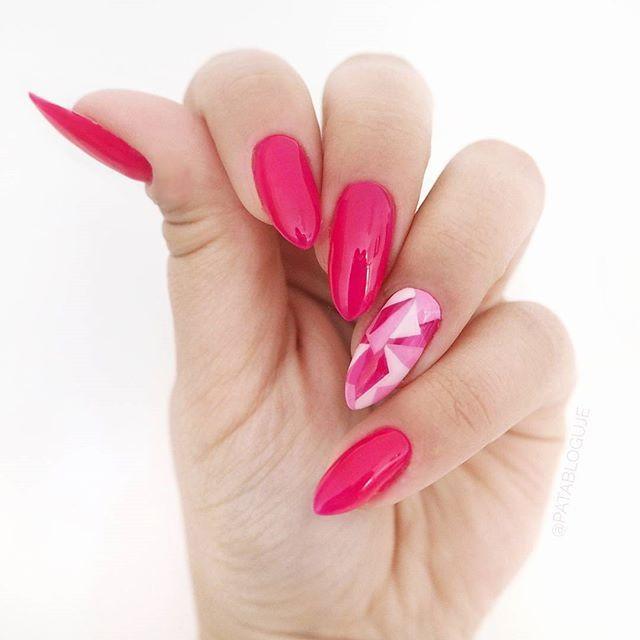 Wróciłam do migdałków! A na paznokciach mam nowość od Margaret i @semilac z kolekcji #semibeats - Neon Pink. Na serdecznym maziajki zrobione przed Meet Beauty na szybko. Lubicie takie geometryczne zdobienia?   Więcej wzorów-> #patamaluje  #newnails #semilac #seminails #semigirls #neonpink #hybrydy #hybrid #gelnails #pinknails #handmade #uv #led #manicure #almondshape #almondnails #paznokcie #claws #nägel #geometricnails #geomatric #summernails #margaret #pazurki #mani