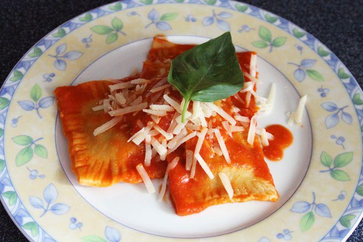 Vorige week liet ik al zien hoe je zelf pasta kunt maken. Natuurlijk kun je er spaghetti of macaroni van maken en dat eten met een lekkere saus. Nog leuker is misschien wel om de zelfgemaakte pasta…