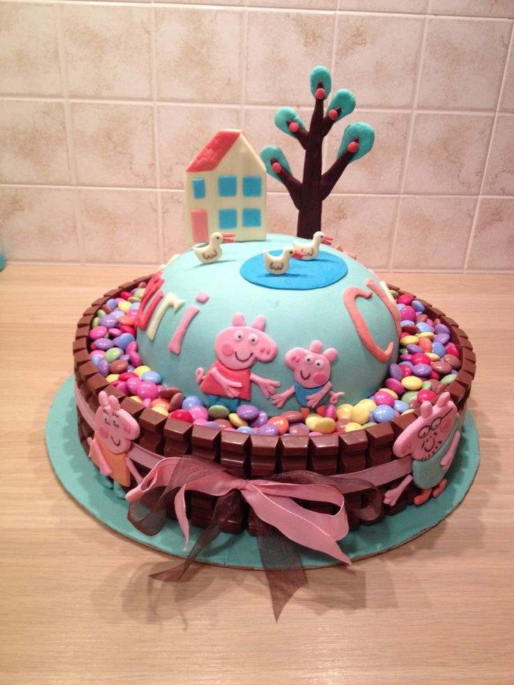 Peppe Pig #cake with kinder and smarties! Perfect for birthday parties.