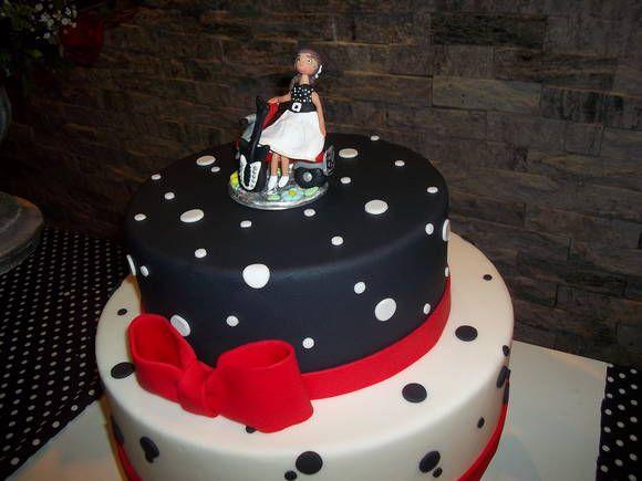 Topo de bolo com boneca dos anos 60,.sentada na lambreta com guitarra em biscuit.    _Este topo de bolo é um adereço maravilhoso feito especialmente para sua festa, o cenário vai ficar lindíssimo !    _Por ser feito a mão,garantimos a qualidade do produto ,pois é preciso a paciência pois demanda ...