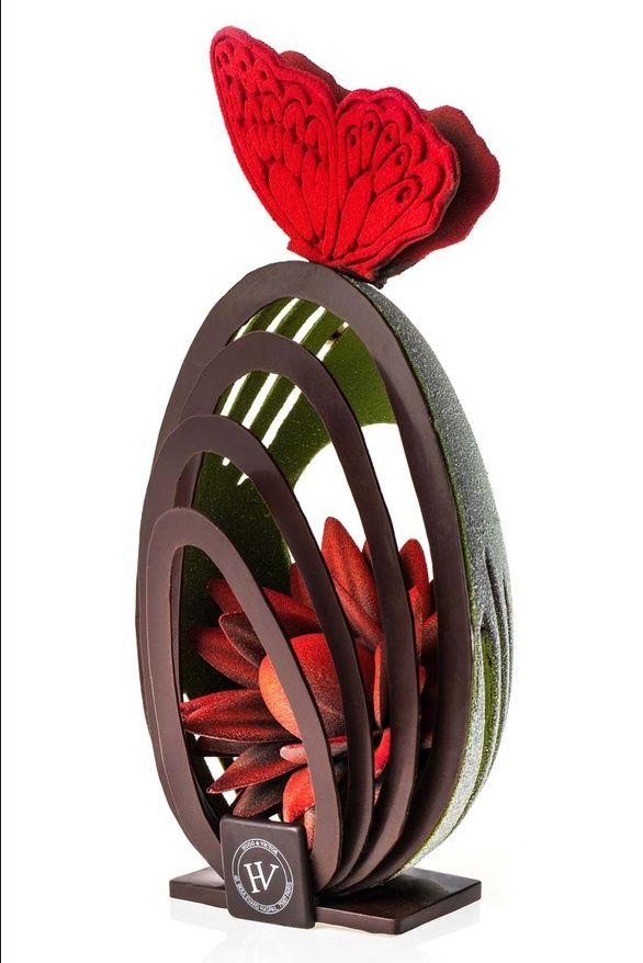 Œufs richement décorés, poules conceptuelles et autres pièces en chocolat revisitées fleurissent petit à petit dans les vitrines de nos confiseurs fétiches. Passage en revue de ce que l'on va pouvoir déguster cette année.