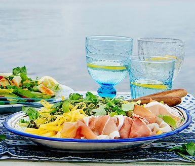 Sommarpasta med salsa verde och lufttorkad skinka