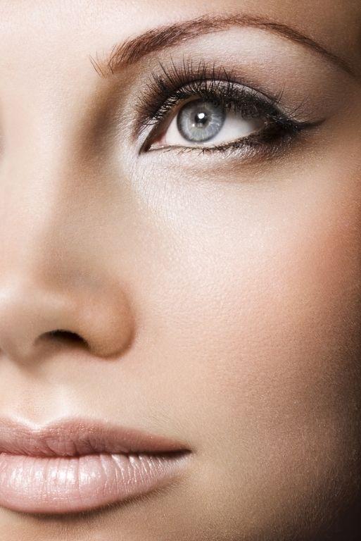 Es gibt verschiedene Möglichkeiten, die Augen grösser und funkelnder wirken zu lassen. Make-up-ArtistSabine Tomasello-Salchinger zeigt vier einfache Tricks, mit denen du garantiert strahlen wirst.