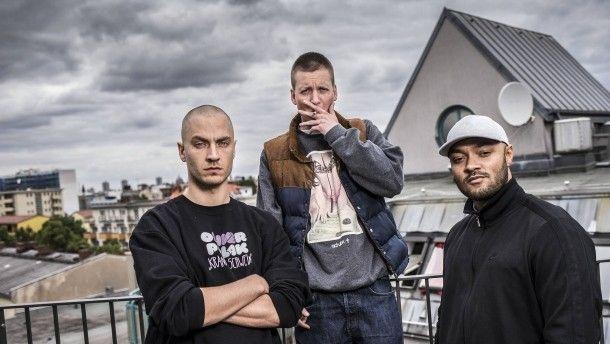 """Die Rapper K.I.Z. im Gespräch Bisschen Kant abends Was wünscht sich die Kanzlerin? Und was haben Drogen damit zu tun? Die Berliner Rap-Crew K.I.Z. im Gespräch über ihr neues Album """"Hurra, die Welt geht unter""""."""