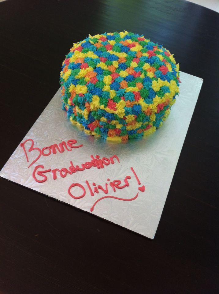 Gâteau avec boules de couleur à l'intérieur.