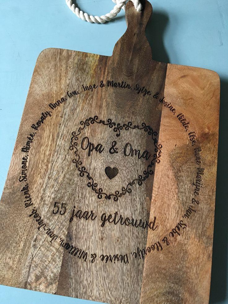 Op deze snijplank met gravering passen wel 2 pizza's! Een mooie plank, maar de gravure maakt het natuurlijk af!
