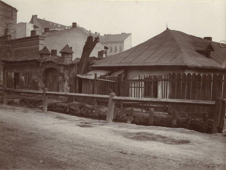Ulica Łobzowska, domy o numerach 35 i 37. Widać przepływającą tędy jeszcze Młynówkę Królewską, 1914 r.