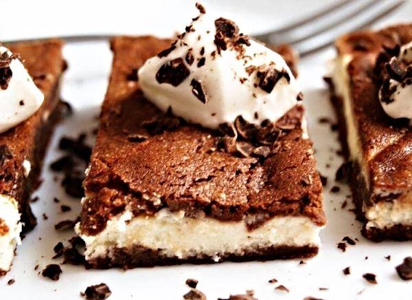 Brownies s tvarohem 120 ghořké čokolády 120 ghnědého cukru 120 gmásla 60 ghladké mouky 2 ksvejce Na náplň: 250 gfrischkäse nebo klasického tvarohu 60 gcukru 1 ksvejce 1 sáčekvanilkového cukru  1. Troubu si zapneme na 180 °C 2. Čokoládu s máslem rozpustíme za stálého míchání v hrnci, přidáme hnědý cukr, vejce a ručním mixérem šleháme zhruba 5 min, dokud se cukr nerozpustí, poté přišleháme mouku 3. Frischkäse nebo klasický český tvaroh ušleháme s cukry a vejcem