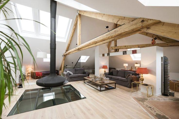 """Bienvenue dans un bel appartement mansardé au Luxembourg, qui combine avec succès les détails modernes et rustiques. Le lieu a été récemment rénové par Eric Pigat Architectural Design afin de se transformer en une habitation contemporaine spacieuse, malgré les nombreux défis de la rénovation rencontrées tout au long des travaux.  """"Les ouvertures existantes dans le toit, les sols et les murs ont été conservés et agrandies là où c'était nécessaire. Les anciens escaliers étroits et raides..."""