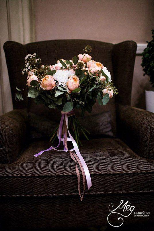 Свадебный букет из пастельных пионовидных и кустовых роз, в обрамлении эвкалипта с добавлением цветов хамелациума и снежных хризантем