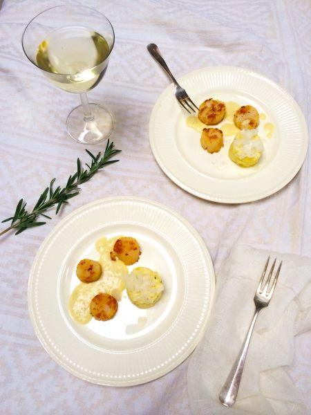 Kerstgerecht: probeer ook eens dit heerlijke coquilles recept met bloemkoolpuree en aardappelsaus. Perfect als voorgerecht en niet moeilijk te maken. Zeker niet met de tips! #kerst #recept