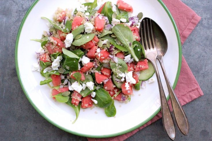 Quinoa watermeloen salade met basilicum dressing