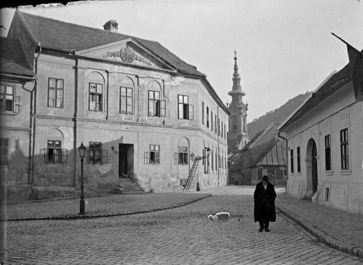 1919. Tabán, Szarvas tér, Kertész André képén.