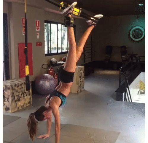 sport les mouvements exercices TRX du mannequin Izabel Goulart jambes musclées