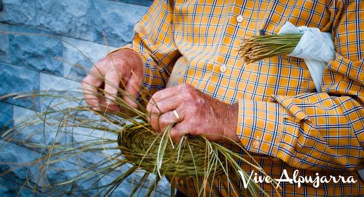 Artesano de La Alpujarra trabajando el esparto con sus manos. Vive Alpujarra