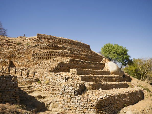 Ruines de Khami (Zimbabwe) Khami, qui se développa après l'abandon de la capitale du Grand Zimbabwe au milieu du XVIe siècle, présente un grand intérêt archéologique. Les objets originaires d'Europe et de Chine qu'on y a découverts montrent que la ville fut de longue date un carrefour commercial important.