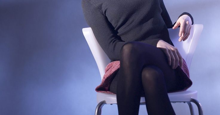 Como usar leggings com saia. A leggings são, basicamente, meia-calças grossas e opacas, feitas para cobrir as pernas. Existem muitos estilos, cores, estampas, tamanhos e comprimentos para escolher. Na maioria das vezes, elas são utilizadas como uma camada extra para aquecimento em temperaturas baixas, mas também podem ser usadas com camisetas longas, vestidos e saias ao invés ...