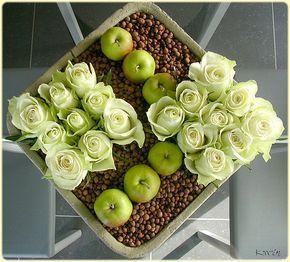 eenvoudig en goedkoop bloemstuk met rozen - bloemstuk voor op tafel maken - rozen schikken in een schaal met appeltjes