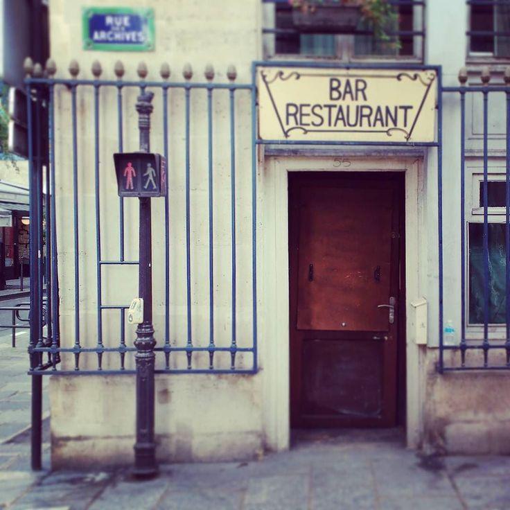 Where everybody knows your name... #France #Paris #restaurant #restaurantdesign #bar #storefronts #storefront #storefrontparis #trafficlight #exterior #exteriordesign #parisguide #iloveparis #ruedesarchives #lockedup #travel #instatravel #cheers #pfw #pfw16 #parisfashionweek #drinking #speakeasy