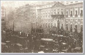 La tarde del 14 de abril de 1931 en la Puerta del Sol de Madrid y desde el Ministerio de la Gobernación, se iza la bandera republicana.