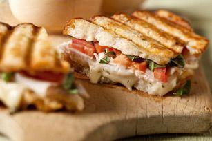 Mezclamos algunas de las mejores presentaciones culinarias de inspiración italiana en esta maravillosa y deliciosa receta: Panini de pavo tipo brocheta. ¡Molto Bene!