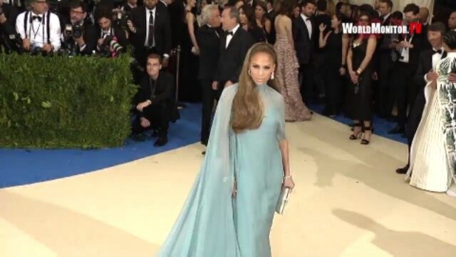 Потрясающая Мисс Лопес со своим бойфрендом на ковровой дорожке ежегодного бала «Met Gala 2017» в Нью-Йорке, США.  #MetGala #MetGala2017 #MetBall #CostumeInstitute #JLo #JenniferLopez #Arod #RedCarpet #Celebrity #Celebrities #Stars #NewYorkCity #NY #USA #MetropolitanMuseum #Love http://tipsrazzi.com/ipost/1505997132066086647/?code=BTmYGmZjl73