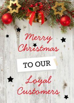 """Zakelijke kerstkaart met houten achtergrond, met daarop een kerststukje en de tekst: """"Merry Christmas to our Loyal Customers"""". Deze tekst kunt u zelf aanpassen."""