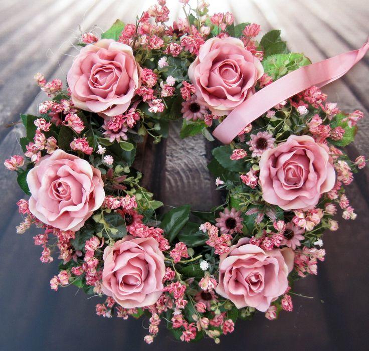 Ve starorůžové Věneček z látkových a sušených květin, průměr 31 cm.
