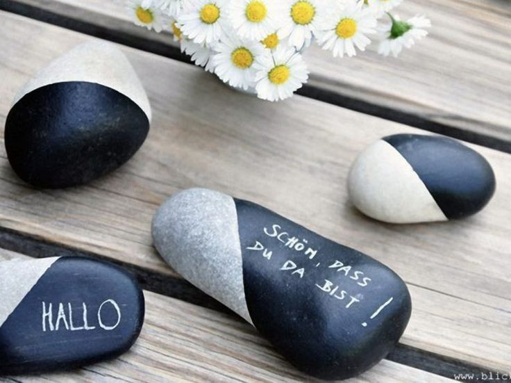 Kostenlose DIY Anleitung: als tolle Deko für Eure Festtafel eignen sich Steine, die Ihr mit Tafelfarbe bemalt / free diy tutorial: stones painted with chalk paint via DaWanda.com