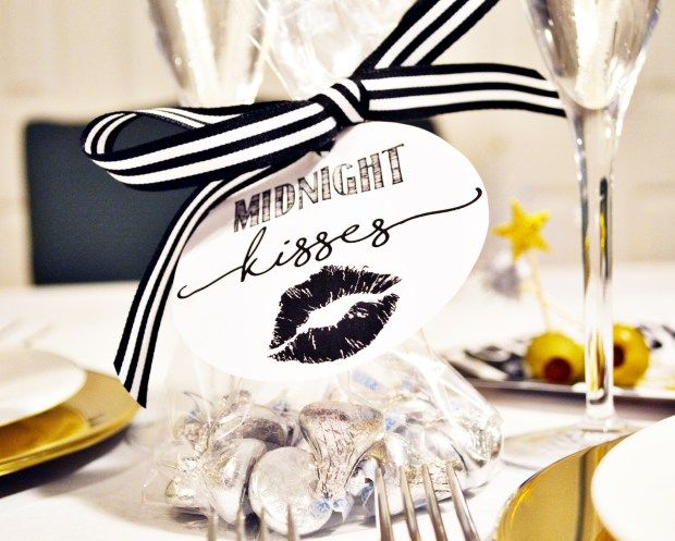 """Free Printable """"Midnight Kisses"""" New Year's Eve Bag Tag - plus tons of DIY ideas for NYE!"""