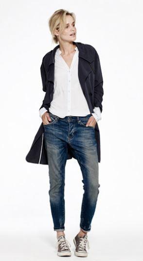 yaya ss15: Blue jeans, white shirt, black trench
