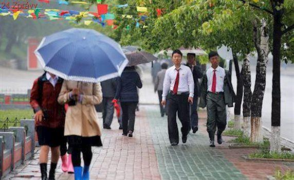 Místo kol sdílet deštníky? Čínský podnikatel neuspěl, lidé vše rozkradli
