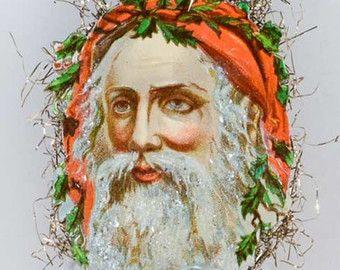 Sprankelende Santa met zachte rode kap op rode Pinecone Ornament GL16041