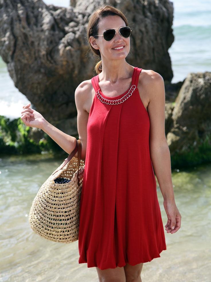 Vestido para la playa en rojo con adorno en forma de collar.  Marca Barandi.  59,90€