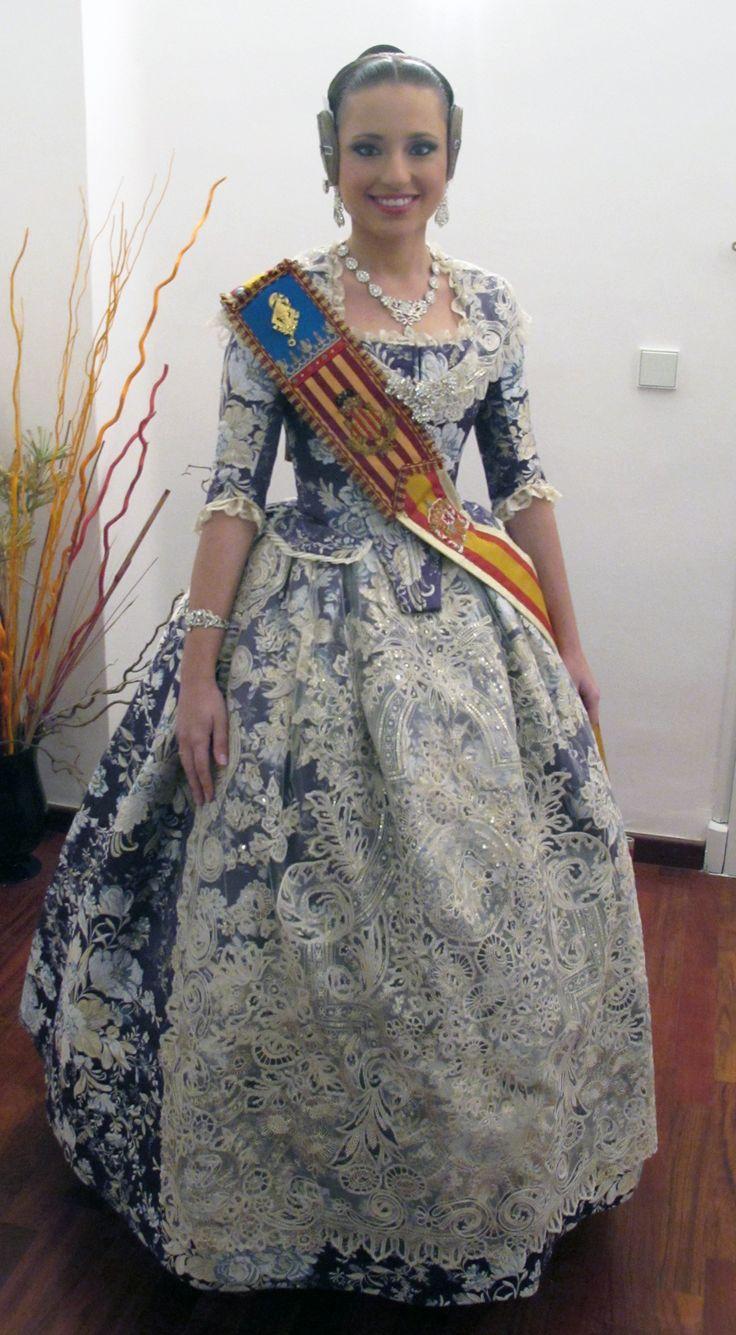En Albaes hemos diseñado y confeccionado un traje del S.XVIII Azul de Prusia con tela exclusiva de Vives i Mari para que la Fallera…