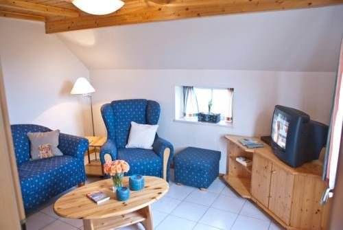 Ferienhaus hinterm Sommerdeich Dornumersiel Set in Dornumersiel, this apartment features a terrace and a garden with a barbecue. The property boasts views of the garden is 24 km from Norderney. Free private parking is available on site.